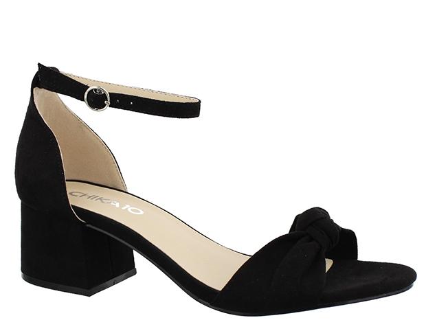 sandalias negras con tacón cuadrado - tendencias en calzado para 2017