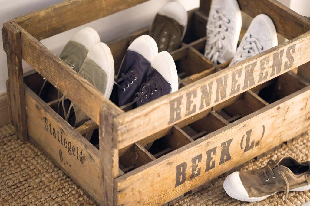 zapatero con una caja de botellas - cómo organizar zapatos