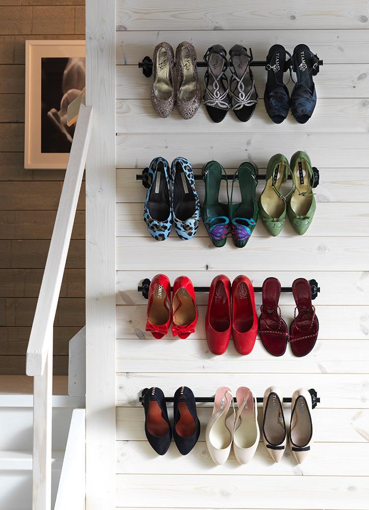 zapatero en la pared con barras - cómo organizar zapatos