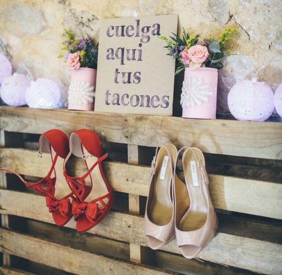colgar los zapatos en la boda