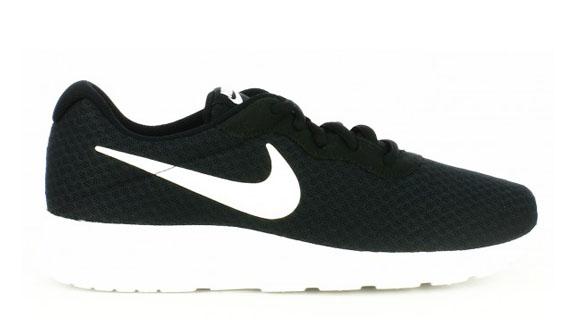 zapatillas deportivas Nike tanjun negras logo blanco