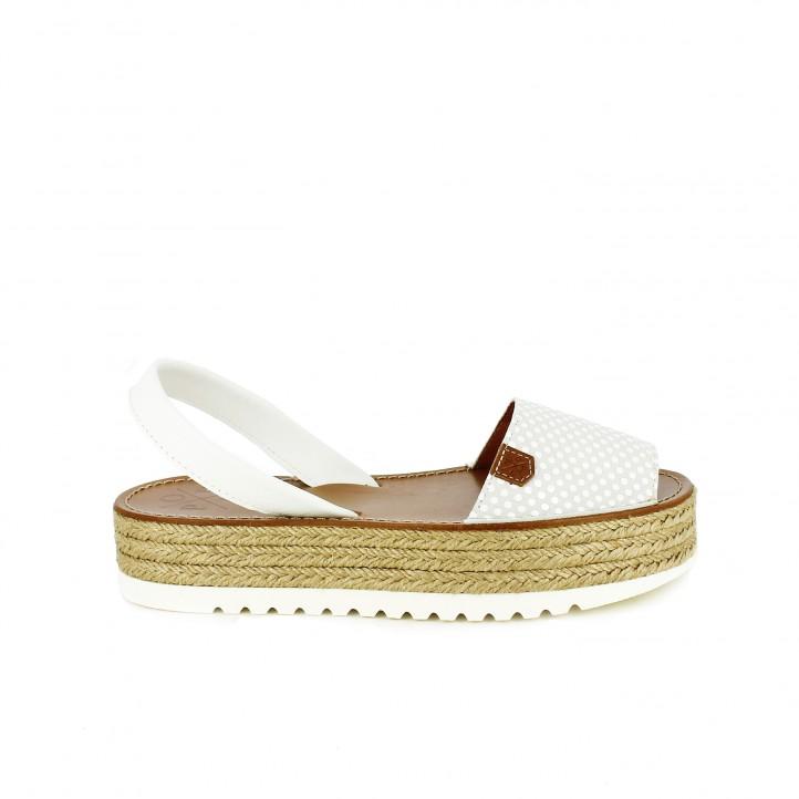 diccionario de zapatos: albarcas popa blancas con topos