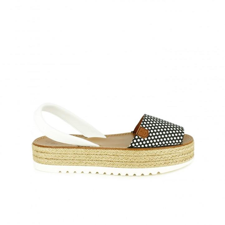 diccionario de zapatos: albarcas popa negras con topos blancos