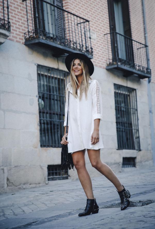 vestido blanco con botines vaqueros