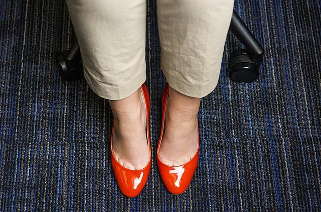 look oficina zapatos rojos