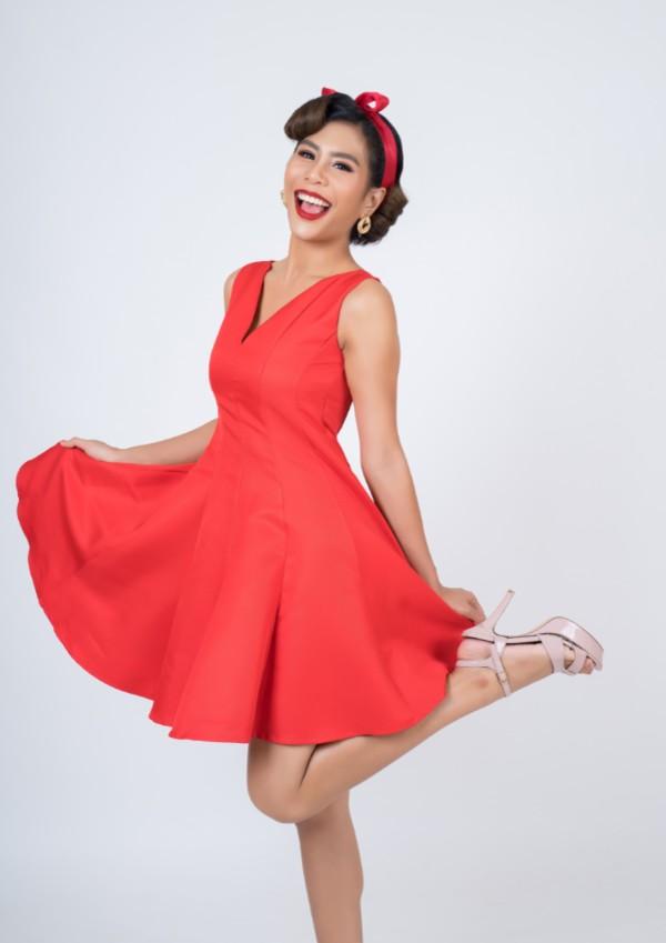 vestido rojo con zapatos nude