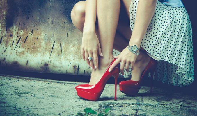 look con zapatos rojos