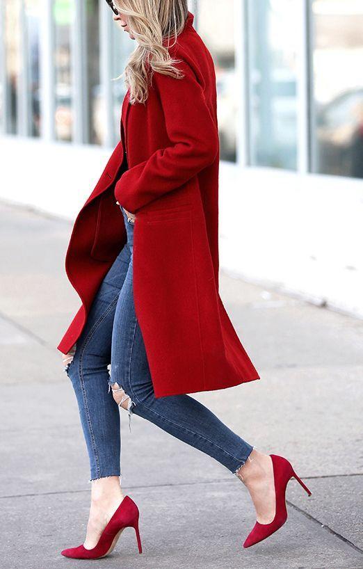 zapatos rojos con vaqueros